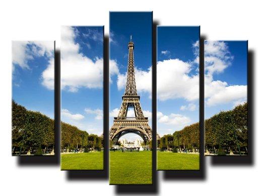 Eiffelova veža s oblakmi v pozadi